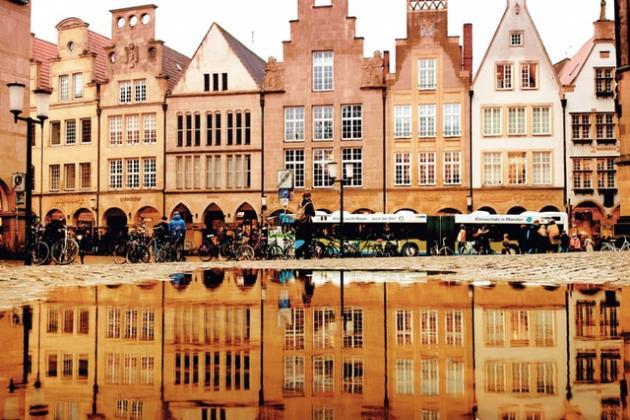 Münster Fassaden Spiegelung in Pfützen