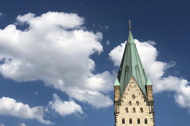 Turm Paderborn vor blauem Himmel mit Wolken
