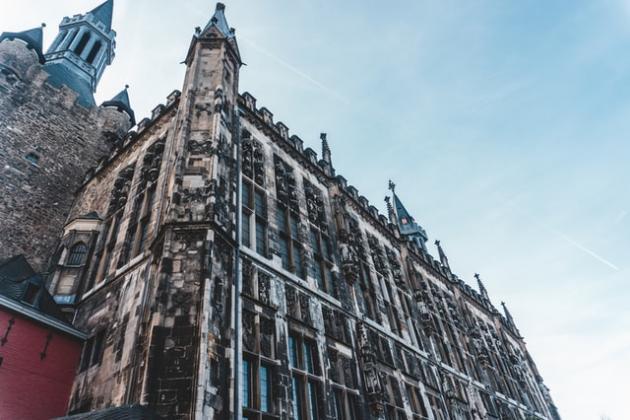 Rathaus Aachen aus der Froschperspektive
